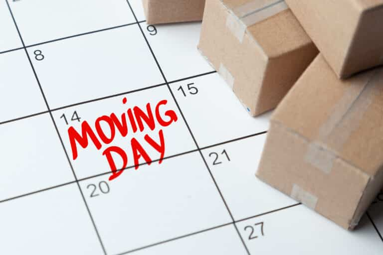 Moving day on the calendar is written in red. Calendar with a note with cardboard boxes.
